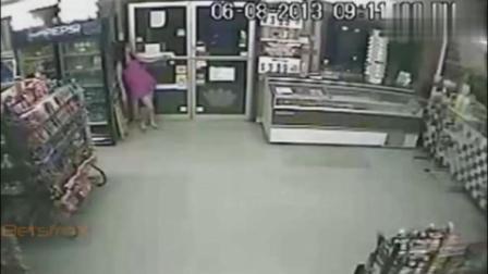 女子正靠在门口上, 发现不对劲拔腿就跑, 监控拍