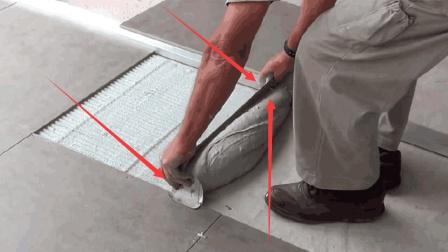 70岁民间牛人发明铺瓷砖神器, 不用油不用电, 20元造一个效率翻倍
