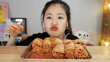 韩国吃播: 辣白菜包裹着火鸡面来吃, 我就想知道这得多辣呀?