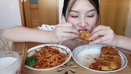 美女吃自制番茄牛肉意面, 芝士咖喱鸡肉派, 看着直流口水