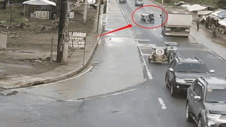 """两无脑三轮车司机, 看见大货车还往上撞, 网友: 约好一起""""自杀""""?"""