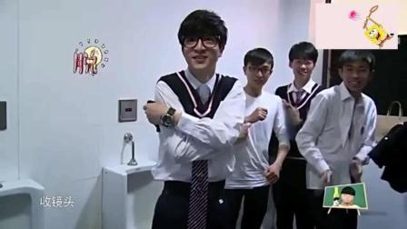 薛之谦卫生间换校服, 被同学们整蛊, 被摄影师记录了这难得的一幕