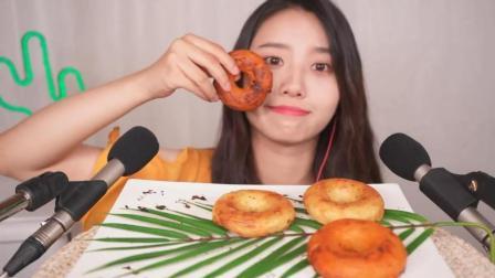 韩国美女吃货, 吃酥脆的甜甜圈, 发出咀嚼声, 吃
