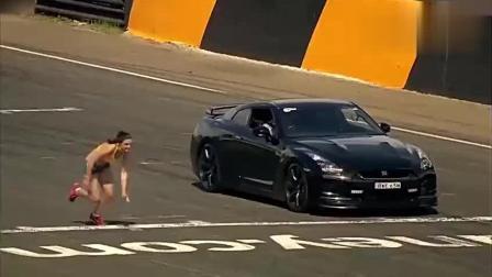 女短跑运动员与汽车比速度, 若不是视频拍下, 都
