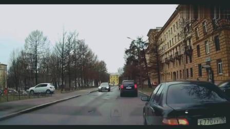 大货车减速, 小汽车急忙躲避到右侧车道, 结果追尾路边大货车