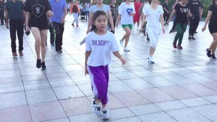 公园广场实拍鬼步舞《一路歌唱》小女孩带队跳不停