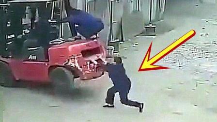 女工发现铲车就要翻车, 慌忙去扶, 下一秒悲剧了!