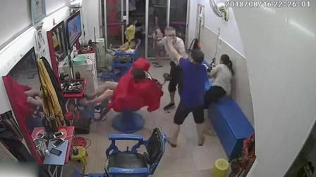 监控实拍: 潮汕某地一男子持刀砍人!