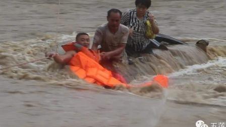 夫妻驾车冒险过桥 卷入洪水危在旦夕