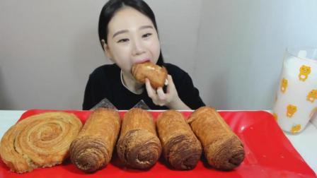 韩国大胃王卡妹, 吃提拉米苏馅饼和糕点卷, 配上牛奶, 大口吃的真过瘾