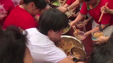 村里办联欢活动百余人争抢大锅斋饭, 背景音乐响
