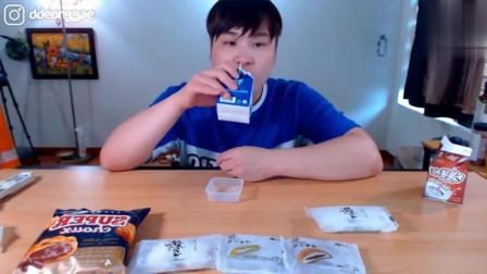 韩国大胃王吃播豪放派donkey弟弟吃5个夹心糕, 巧克力泡芙和牛奶