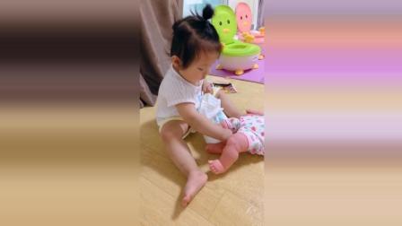 小萝莉给玩具娃娃穿尿不湿, 接下来小萝莉的反应太可爱了!