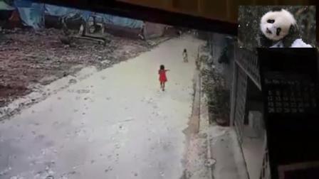 两个小女孩路边玩耍, 下一秒的经历让父母喝八瓶降火药都难以消气