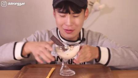 韩国吃播: 豪放派大胃王donkey哥哥ASMR吃一杯巧克力威化饼干雪糕