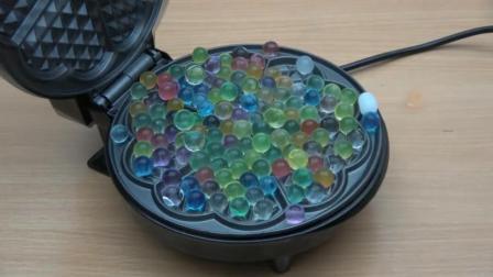 把水宝宝放在电饼铛中会怎样? 隔着屏幕都能感受到, 一起见识下!
