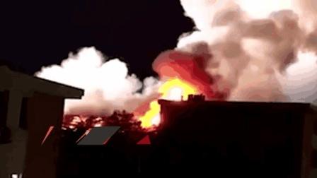 中国人民大学一宿舍楼屋顶起火
