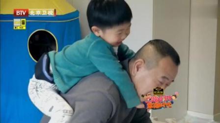 潘长江教外孙写毛笔字, 遭到姐姐嫌弃, 小石头的小表情亮了!