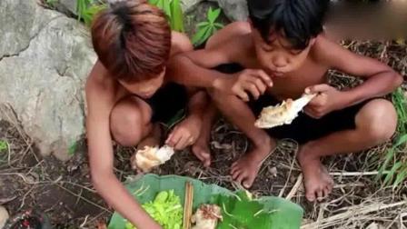 荒野小屁孩: 野外烹饪美味的鸡腿, 看他们吃得太香了