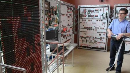 自制3万多斤电脑, 跟房子一样大, 网友: 性能感人!