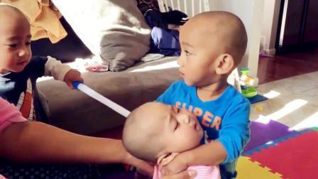 萌娃当着哥哥的面欺负妹妹 看哥哥的小眼神就知道 萌娃要遭殃