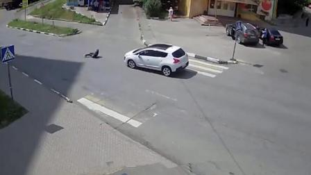 """无脑女子横穿马路不长眼! 下一秒直接命丧""""黄泉"""", 惨遭轿车拦腰碾压!"""