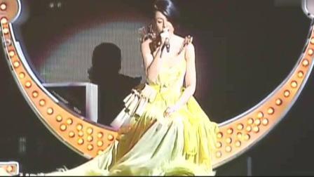 刘若英脱掉高跟鞋演唱会深情演唱《为你我受冷