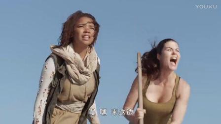 鲨鱼星球:听声辩位?男子水中遇险,女子的敲棍声把鲨鱼引走!
