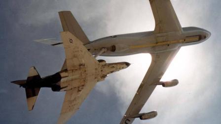 美军先进的F-4鬼怪战斗机侵入领空, 被解放军的高射炮打下来了