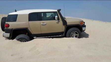 在沙地里测试丰田酷路泽的越野性能, 看完你才知道这车有多牛!