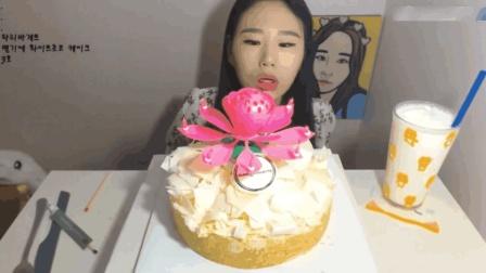 大胃王卡妹吃音乐奶油蛋糕, 还有一大杯牛奶