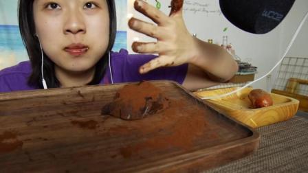 妹子吃一整块生巧克力, 还要搭配香肠, 看的我都咽不下去了