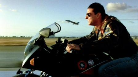 《壮志凌云》续集开拍, 阿汤哥骑着摩托追大黄蜂, 这一幕让雄猫党心碎