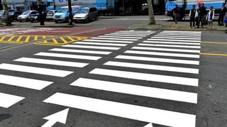 路上那道斑马线, 最开始是谁画的? 网友: 不是我!