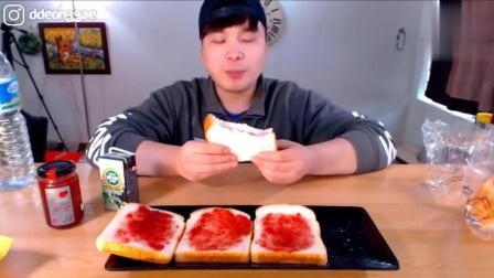 韩国吃播: 大胃王豪放派donkey弟弟点心时间吃大片草莓酱吐司面包