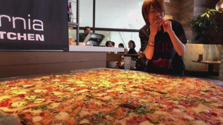 日本大胃王耳机哥, 挑战吃2米乘2米的巨无霸披萨, 真是太厉害了