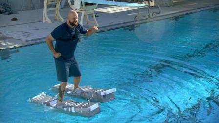 想水上漂? 老外自制独木舟鞋, 穿上就能在水上走!