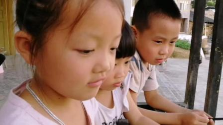 小代带我们参观中华鲟养殖户, 买了一条养殖中华鲟, 小朋友好奇围观
