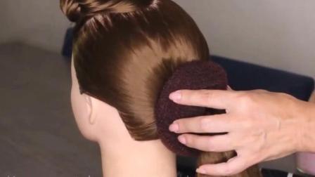 农村50岁妈妈在女儿婚礼上扎了这样一款发型, 亲朋好友都说年轻