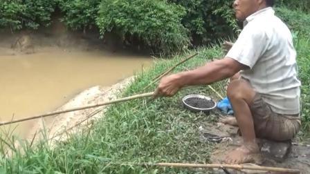鱼竿确实有点寒酸, 但是不影响钓鱼人的心情!
