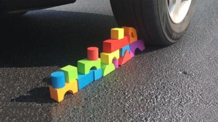 把一堆积木放到汽车下, 你猜积木会变成什么样? 一起来见识下!