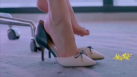 女孩在办公室脱了高跟鞋, 练习打拳击运动, 谁料有人进来尴尬了