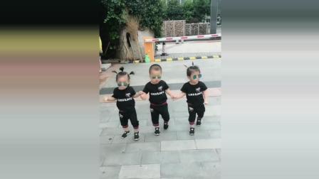 三胞胎宝宝手牵手去玩耍, 接下来宝宝的反应太可爱了!