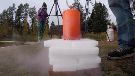 1000℃钢锭遇到干冰会发生什么? 网友: 游走的姿势看了不下2遍!
