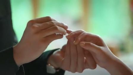 小伙在高级餐厅送大几岁的女友戒指,向她深情表白,把她感动坏了