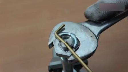 将螺栓和螺母切个槽, 还能起到这作用, 是哪个天才想出来的