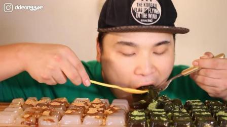 韩国大胃王胖哥, 这吃的是什么? 又软又滑, 看着像果冻, 吃得真香
