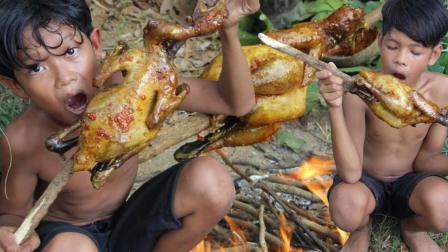农村男孩户外烤土鸡, 整只蘸着辣椒酱烤着吃, 皮辣肉香开胃爽口