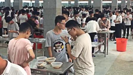 爆蕉头条 为节省就餐时间河南一高中撤掉食堂板凳