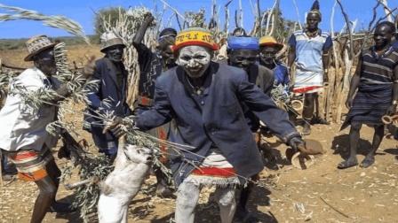 这个部落的风俗让人胆寒, 孩子牙齿如果先长上面